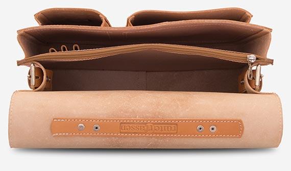Cartable en cuir marron clair avec deux soufflets vide.