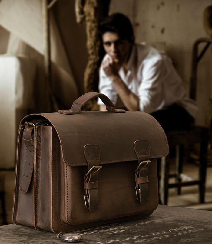 Homme avec un cartable en cuir vintage.