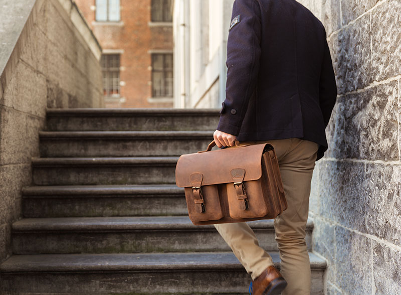 Professeur avec cartable en cuir vintage.