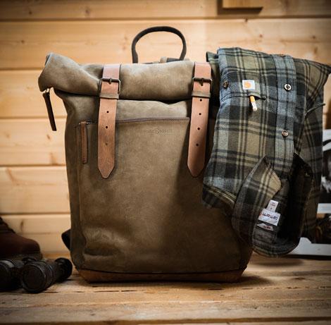 Grand sac à dos en cuir souple pour homme.