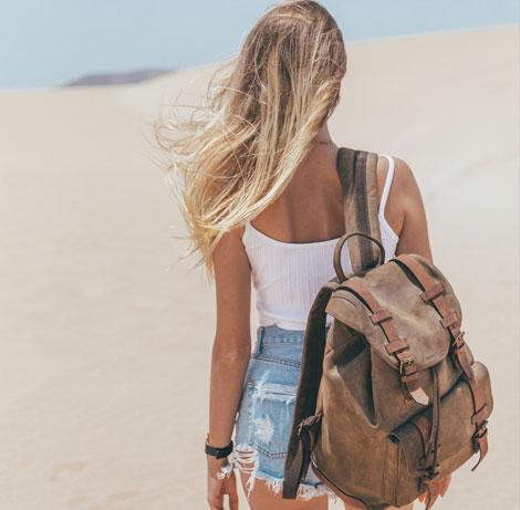 Femme avec sac à dos en cuir souple.
