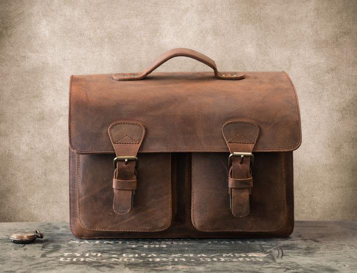 Beau cartable artisanal en cuir marron.