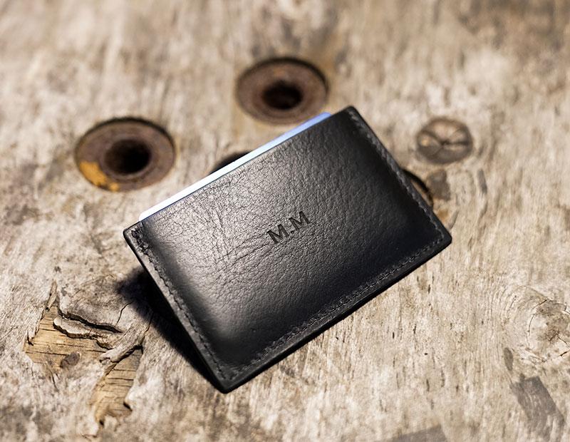 Porte-cartes en cuir personnalisé avec initiales.