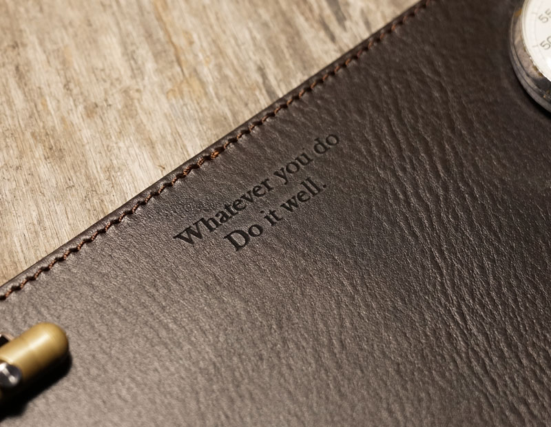 Sous-main en cuir personnalisé avec phrase.