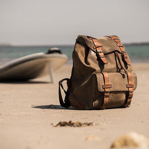 Sac à dos en cuir souple sur la plage.