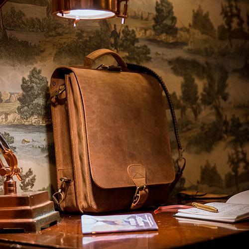 Beau sac vintage sur un bureau.