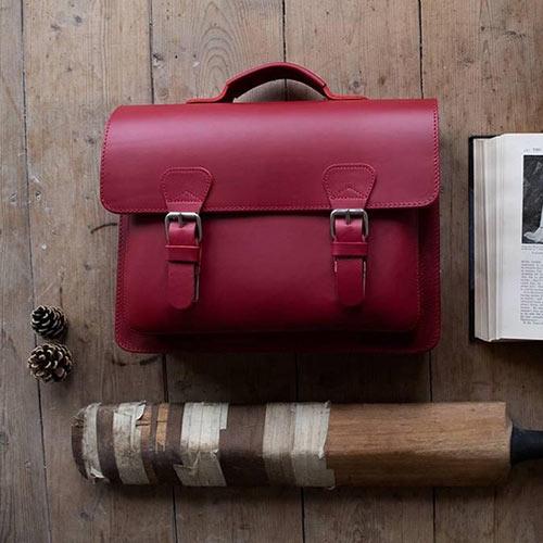 Cartable en cuir rouge style rétro.