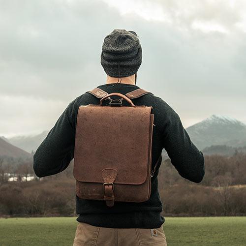 Beau sac à dos vintage en cuir pour homme.