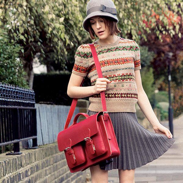 Femme avec cartable cuir rouge.